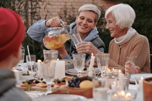 Women-enjoying-summer-drinks